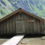 """Bootshütte mit Wegweiser """"30 min. zur Fischunkelalm"""" *hust*"""